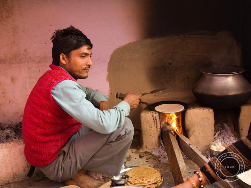 Kucharz w domu Tyagich przygotowuje parathę / The cook is frying paratha