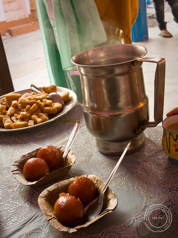 Rasgulla, smażone ciasto i herbata z mlekiem - śniadanie / Rasgulla, home made snacks and Indian tea