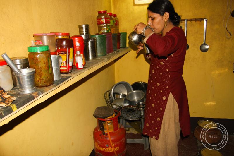 Rada - siostra naszego przyjaciela przygotowuje herbatę / Rada - our host's sister is preparing tea