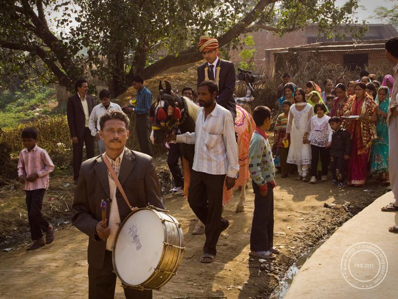 Orsza weselny przy dźwięku instrumentów dętych i perkusyjnych.