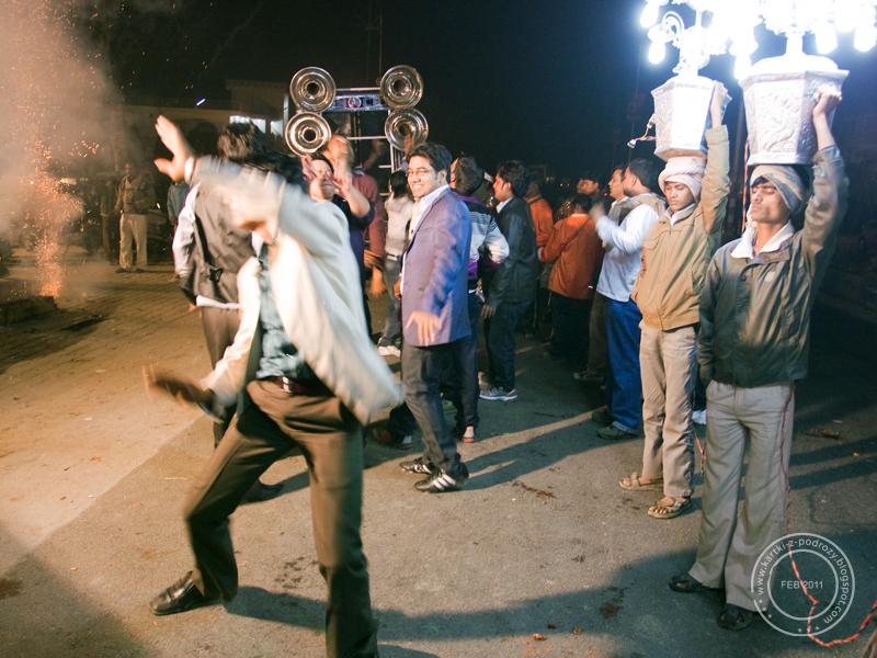 Mężczyźni tańczą, w tle strzelają petardy - jak się żenić, to z pompą.