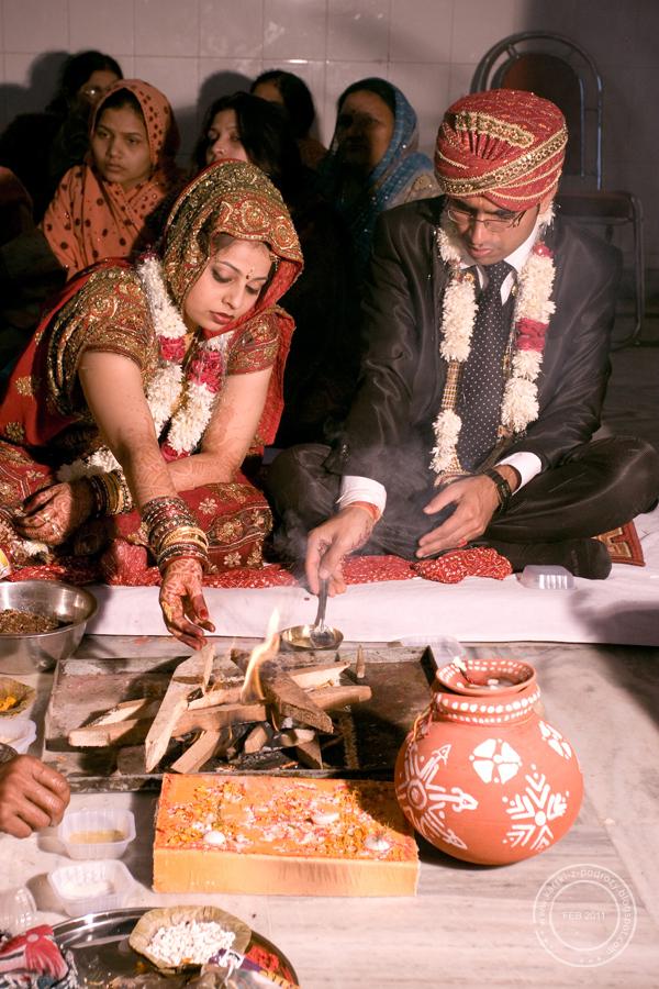 Małżonkowie składają dary bogu Agni - bogu ognia, który niesie je do pozostałych bóstw...