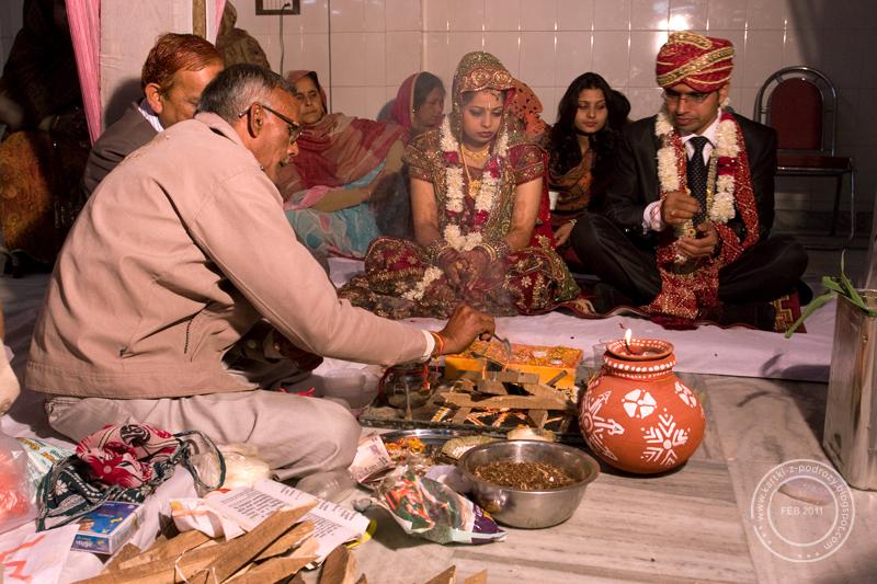 Ceremonię ślubną prowadzi bramin.