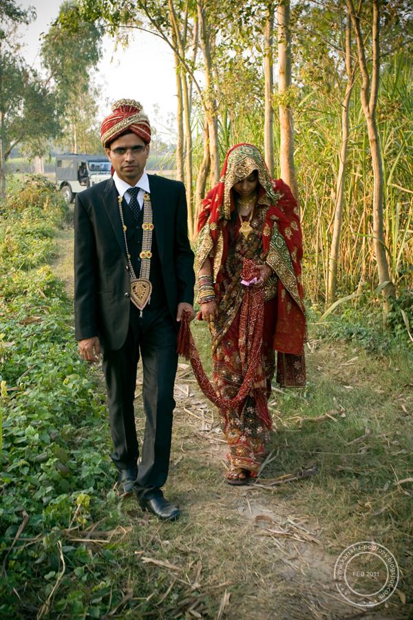 Małżonkowie połączeni są dupattą - elementem stroju pana młodego.