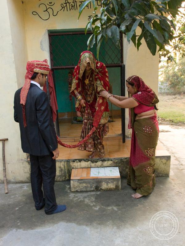 Szwagierka asystuje młodym małżonkom przy składaniu darów w świątyni.