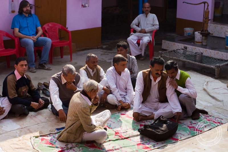 Mężczyźni i kobiety przesiadują w odosobnieniu / Man and women sit separately