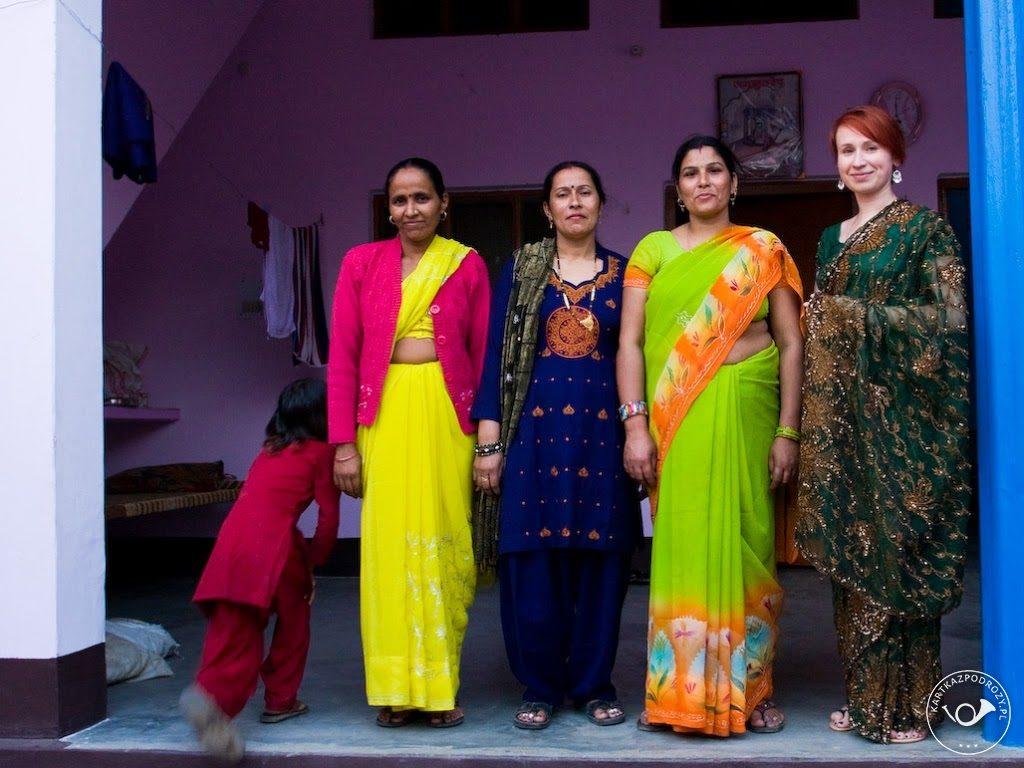 Przymiarka weselnego saree i pierwsza ekscytacja tym egzotycznym strojem. Druga kobieta od lewej nosi salwahr kameez.