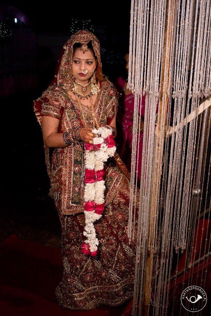 Ubiór panny młodej jest w kolorze czerwonym - ten kolor symbolizuje czystość.