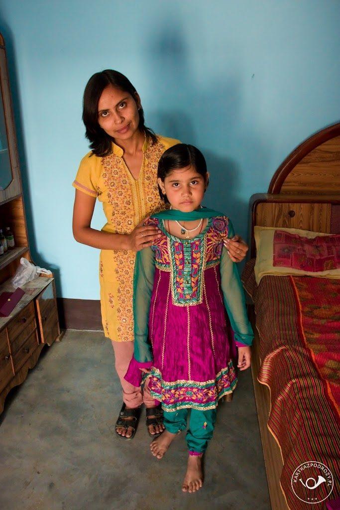 Mała Shrea nosi churidar kameez - to ubiór na specjalną okazję - ślub wuja. Na co dzień biega w spodniach jeansowych i t-shirtach. Bardzo małe dziewczynki strzyże się na krótko, ciężko odróżnić je od chłopców.