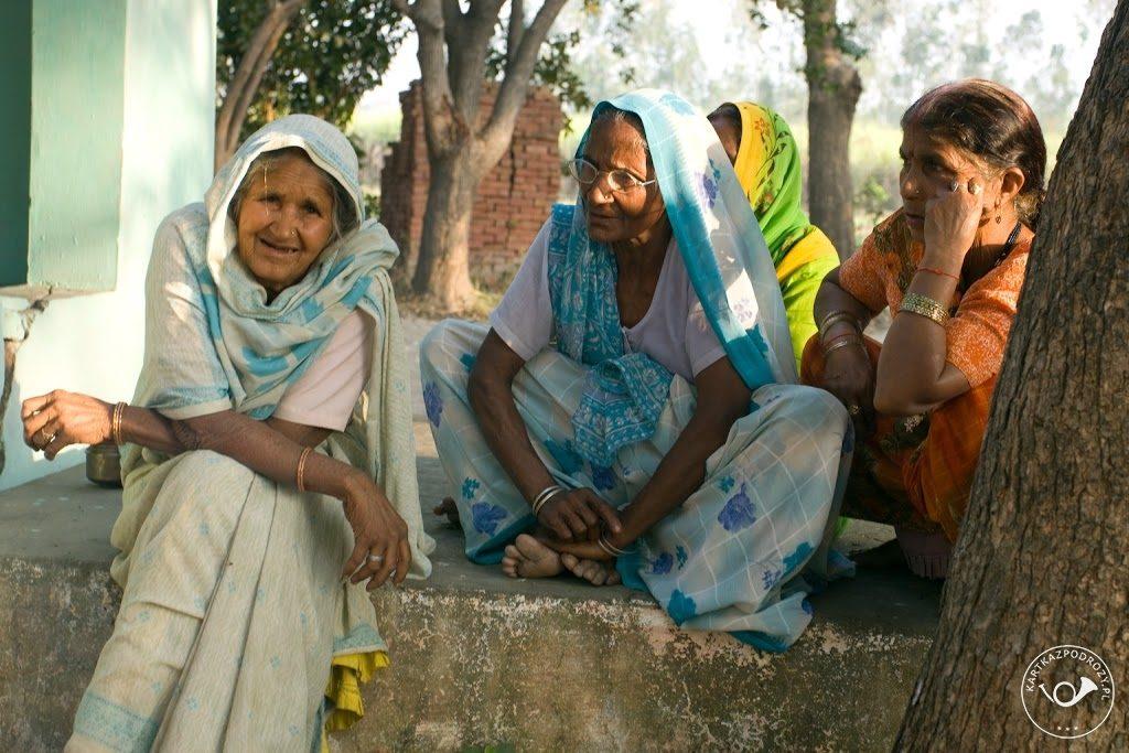 Starsze kobiety noszą wygodne, przewiewne, chociaż skromne stroje z bawełny.