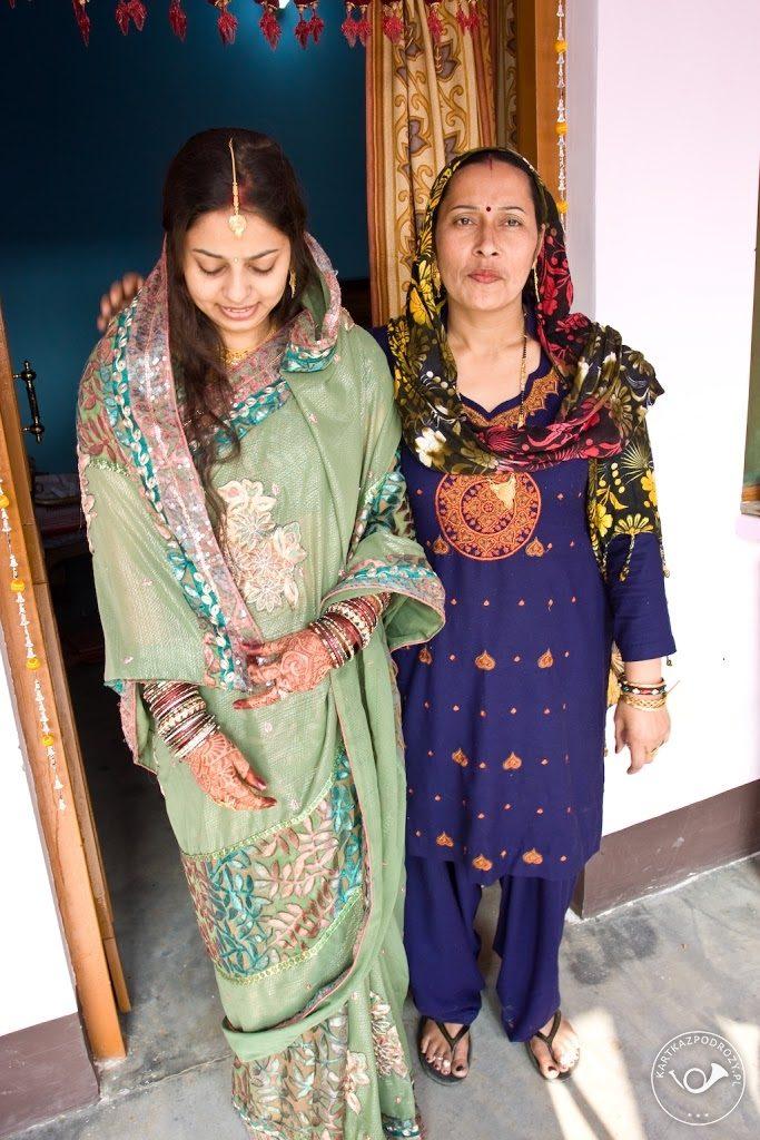 Dziewczyna nosi na czole ozdobę zwaną tikka - to prezent od szwagierki, podarowany na przywitanie nowej kobiety w rodzinie.
