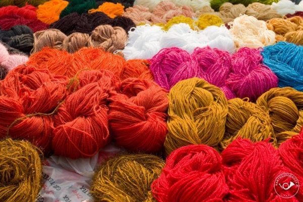 Połyskujące swetry to hit. Żywych kolorów nie boją się nawet panowie.