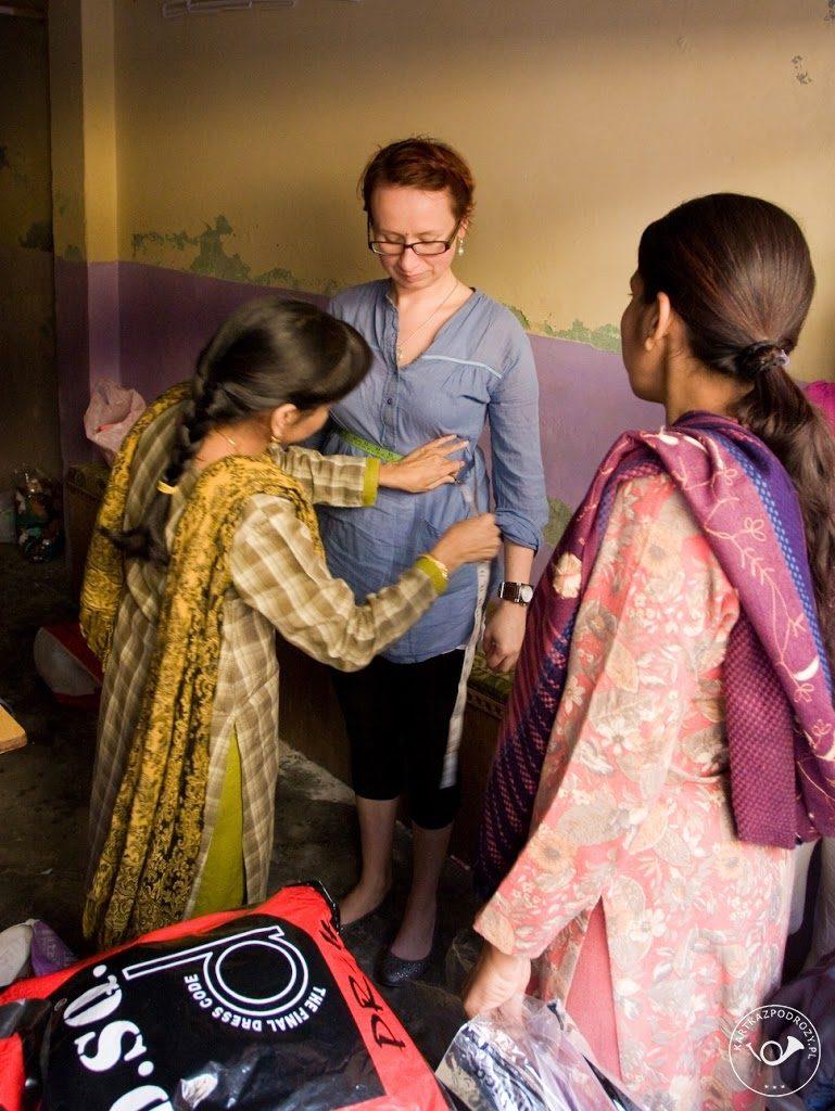Zdejmujemy miarę na choli - krótki top noszony do saree podarowanego na pożegnanie przez naszych gospodarzy.