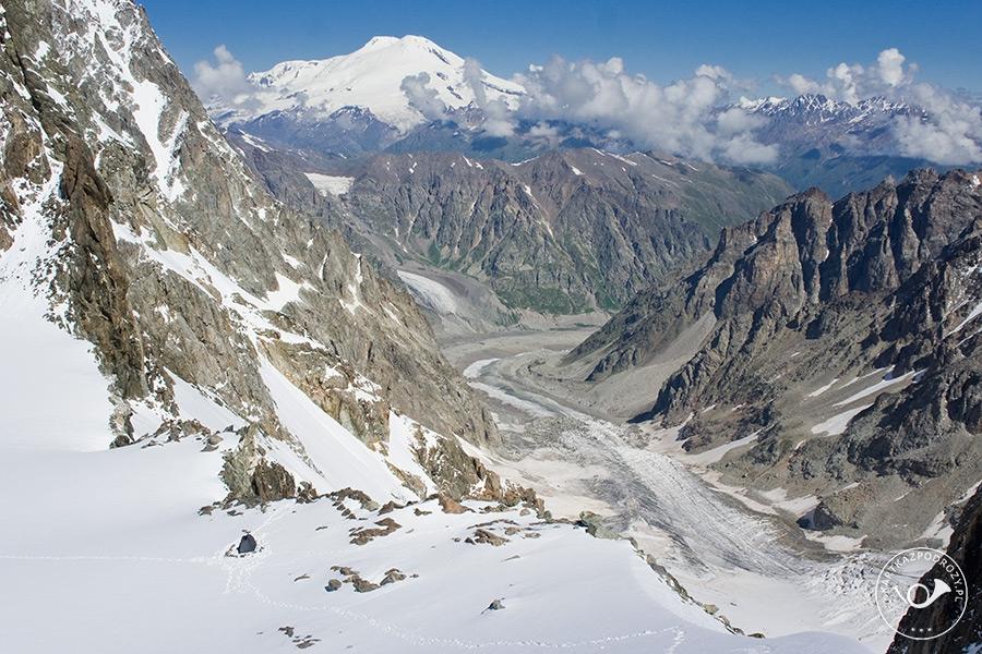 Biwak na Uszbiańskim Plateau. Na horyzoncie pokaźny masyw Elbrusa.