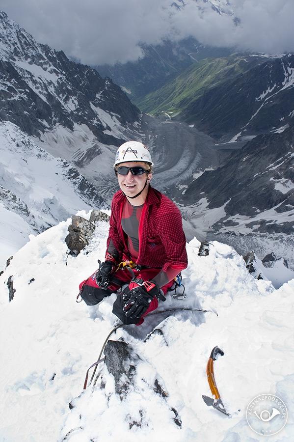 Ponad skałami Nastienko wygrzebujemy w śniegu dogodne miejsce do zjazdu na wypadek szybkiego odwrotu.