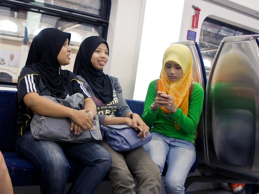 Dziewczęta noszące hijab to Muzułmanki.