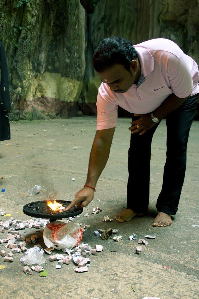 Batu Caves - Hindus składający ofiarę.