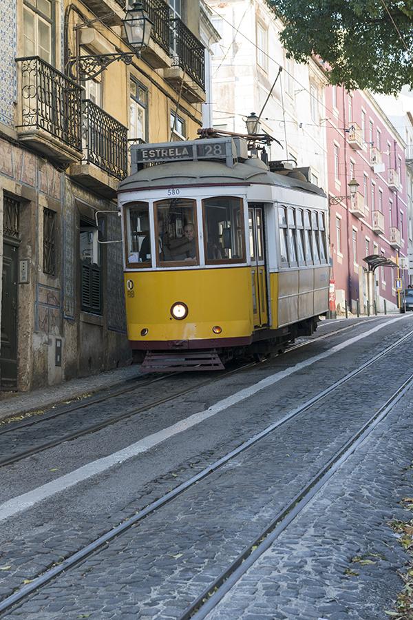 Charakterystyczny dla Lizbony tramwaj w historycznej dzielnicy Alfama.