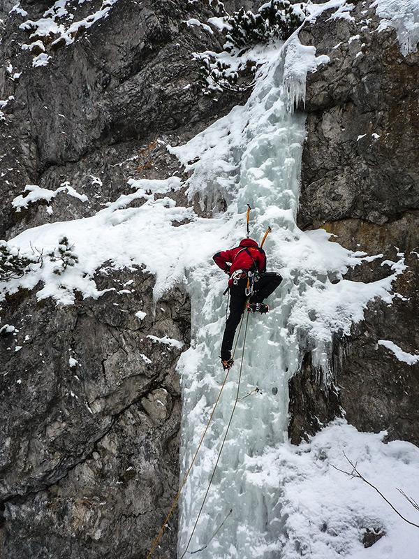 Wkręcanie śruby na Lodospadzie na Małych Cisówkach (Ľad na Malú Tisovku).