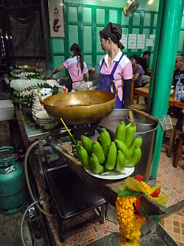 Przerwa na posiłek przygotowany na kuchni kształtem przypominającą łódź rybacką.