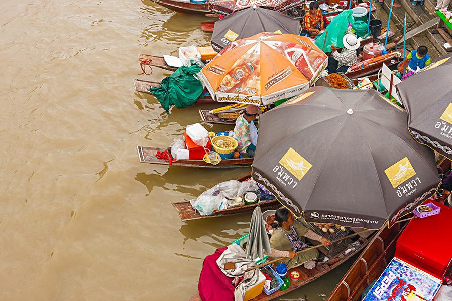 Zwróćcie uwagę, w jaki sposób pani z paleniskiem na łódce podaje potrawy klientom.