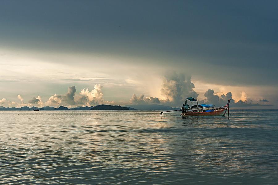 Mała taksówka wodna u wybrzeża Ko Phi Phi Don.
