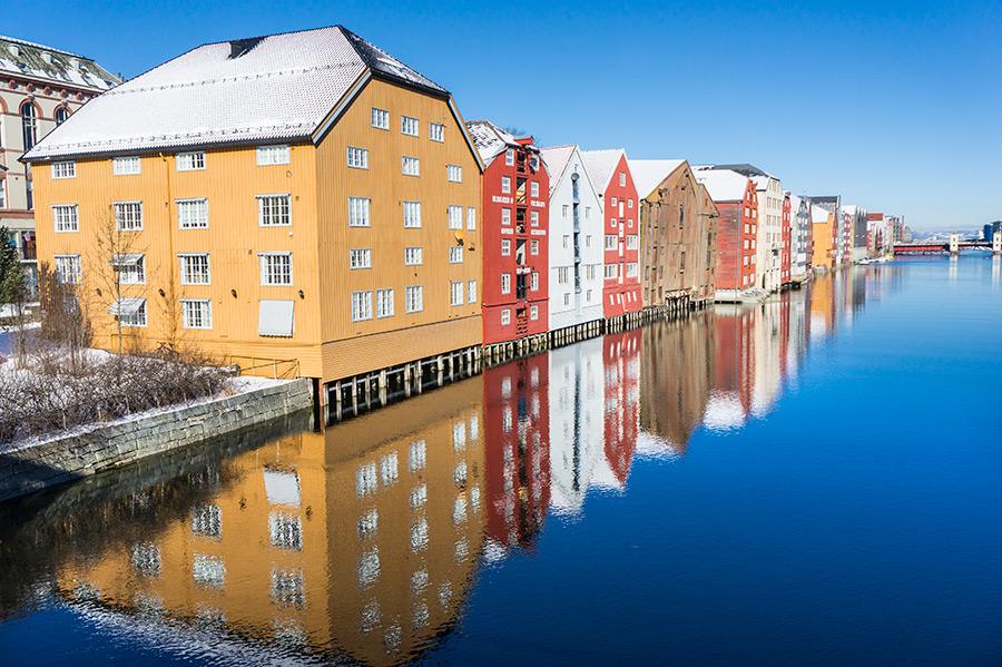 Stare drewniane magazyny od strony Trondheim.