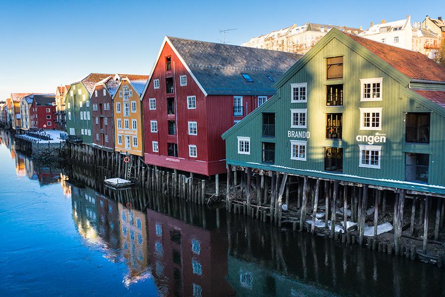 Stare drewniane magazyny od strony Bakklandet.