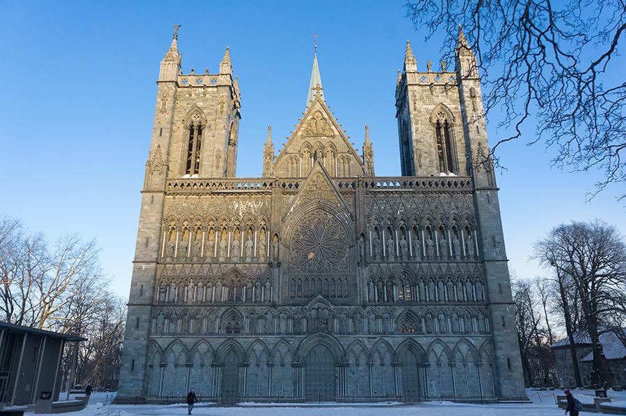 Wielokrotnie smagana przez pożary katedra Nidarosdomen przetrwała do dziś.