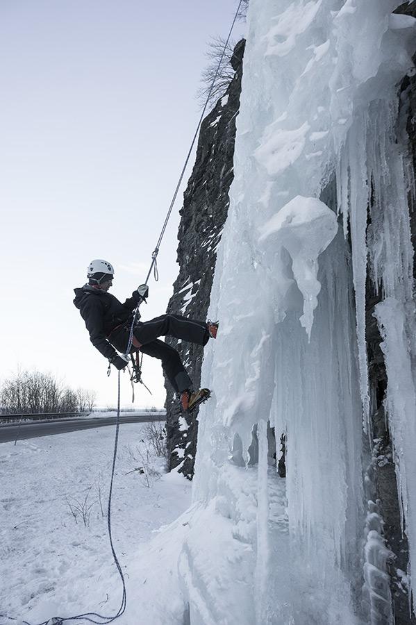 Wiele lodospadów znajduje się tuż przy drodze.