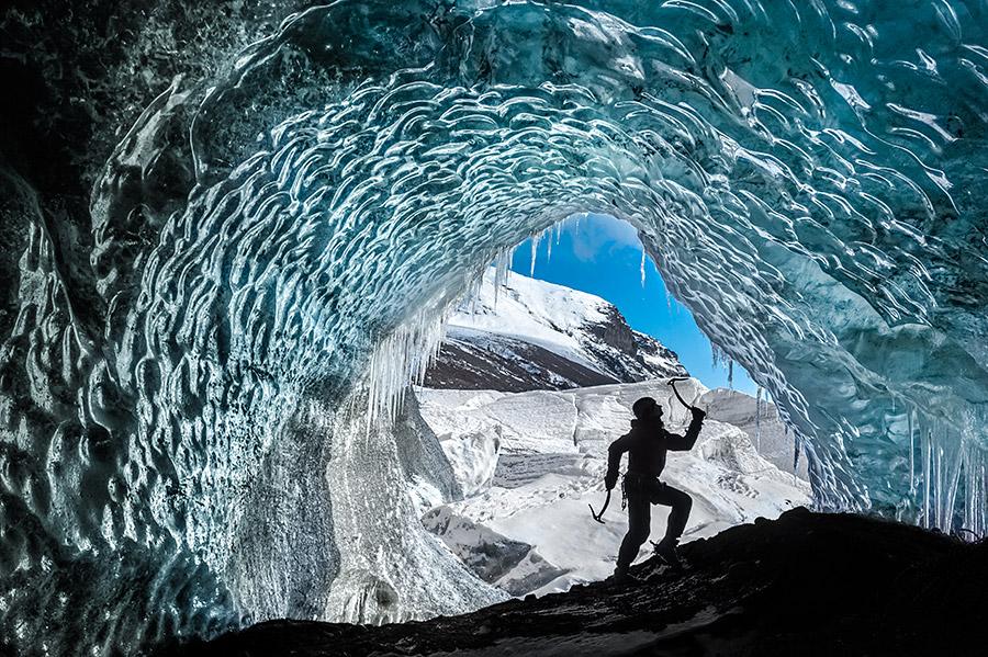 Wspinaczka w lodowej jaskini na Svínafellsjökull.