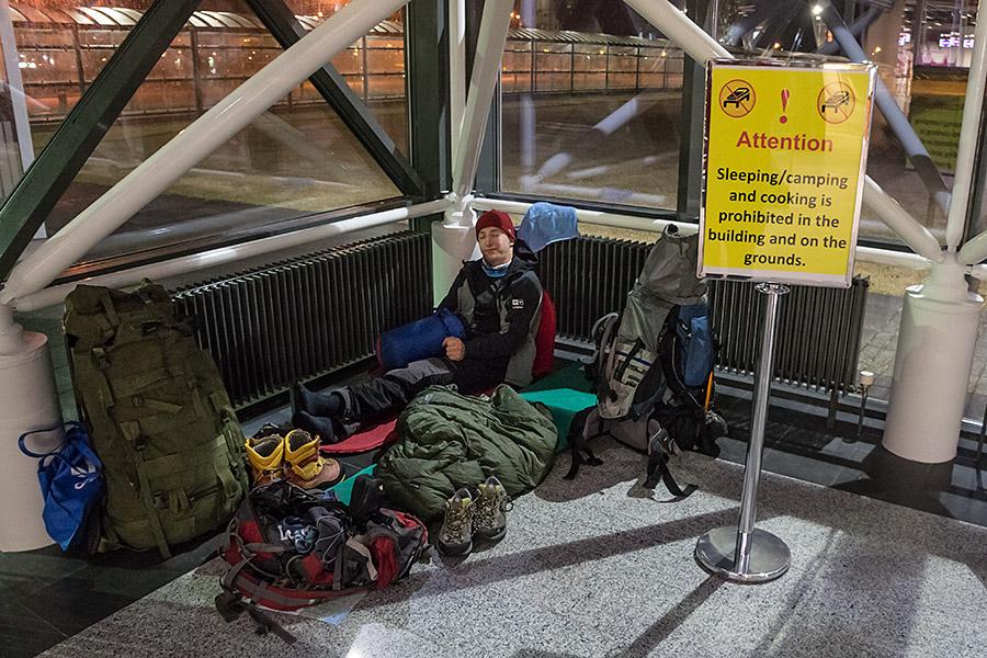 Dla zmęczonego podróżnika każde miejsce może okazać się idealne do spania.
