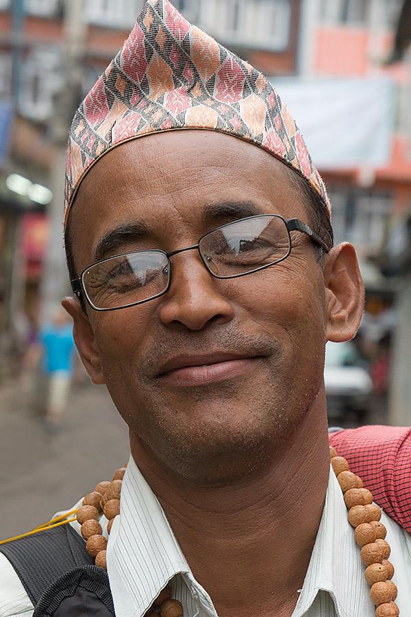 Thamel - turystyczna dzielnica Katmandu - jest pełna drobnych kupczyków, którzy mają do zaoferowania najróżniejsze, nikomu niepotrzebne drobiazgi. Ten przesympatyczny jegomość chciał mi sprzedać buddyjskie mala. Do transakcji nie doszło, ale i tak zakończyło się uprzejmą rozmową oraz wspólnym zdjęciem. Nepal jest pełen życzliwych ludzi.
