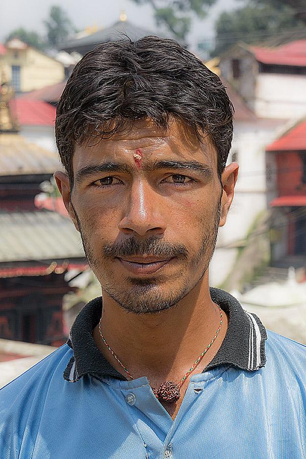 Pewien student religioznawstwa zatrzymał mnie tuż przy wejściu do świątyni Śiwy (Paśupatiego) w Katmandu. Czując się niejako ekspertem w znajomości wierzeń Hindusów oferował za niewielką opłatą oprowadzenie po świątyni przepełnione barwnym komentarzem. Za jego plecami w ten słoneczny dzień trwa właśnie kremacja zmarłych, których prochy będą potem rozsypane nad świętą rzeką Bagmati.