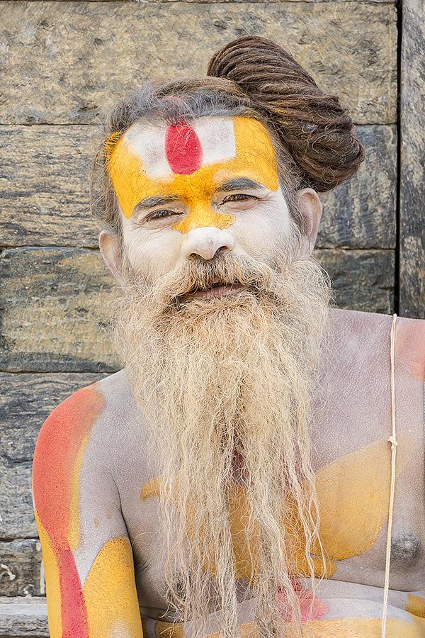 Hinduski asceta sadhu, który przeszedł z wędrownego trybu życia na bardziej osiadły, przesiaduje właśnie w świątyni Paśupatiego (Pashupatinath). Splecione włosy, zwane dźata oraz skóra pokryta białym popiołem z palonego drewna są znakami rozpoznawczymi sadhu. Aktualnie trudno jest odróżnić prawdziwego sadhu, który konsekwentnie podąża obraną przez siebie drogą z dala od zgiełku cywilizacji i jednocześnie odrzuca przywiązanie do dóbr materialnych od uzurpatorów. Ten pan za zdjęcie zażyczył sobie pięć dolarów.