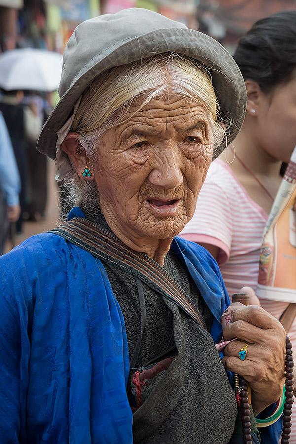 Pewna kobieta, czując się już u schyłku swojego życia w tym wcieleniu, spędza wiele godzin w buddyjskiej świątyni Bodnath (Boudhanath) w Katmandu. Co jakiś czas zapali świecę lub odda skromną ofiarę na poczet pobliskiego klasztoru jednocześnie w suchych dłoniach przewlekając drobne koraliki sznura modlitewnego zwanego mala.