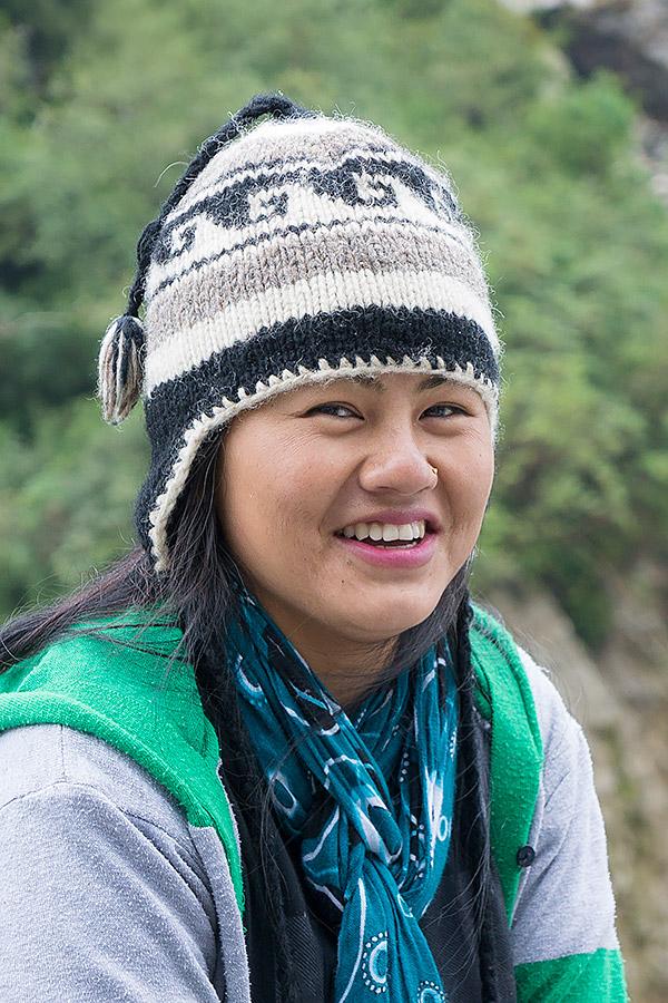 Nepal to kraj pokryty wzdłuż i wszerz łańcuchami najwyższych gór świata. Nawet gdzieś tam wysoko można spotkać promieniejącą przedstawicielkę płci pięknej, która rozwiewa grymas zmęczenia na twarzy. Na szlaku trekkingowym miło jest spotkać kogoś, kto obdarzy Cię szczerym uśmiechem i pozwoli zapomnieć o ciężkim plecaku.
