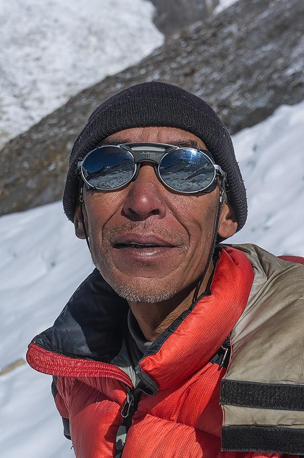 Kami to osoba, z którą, pomimo barier językowych, udało mi sie nawiązać najbardziej zażyłe relacje. Jest on jednym z odchodzącego powoli pokolenia szrepów, prawdziwie z kasty Sherpów. Jako przewodnik wysokogórski pokazał Sanktuarium Annapurny w jej dziwiczej formie. W okularach nieśmiało odbija się Singu Chuli (Fluted Peak), który stanowił cel naszej wyprawy.