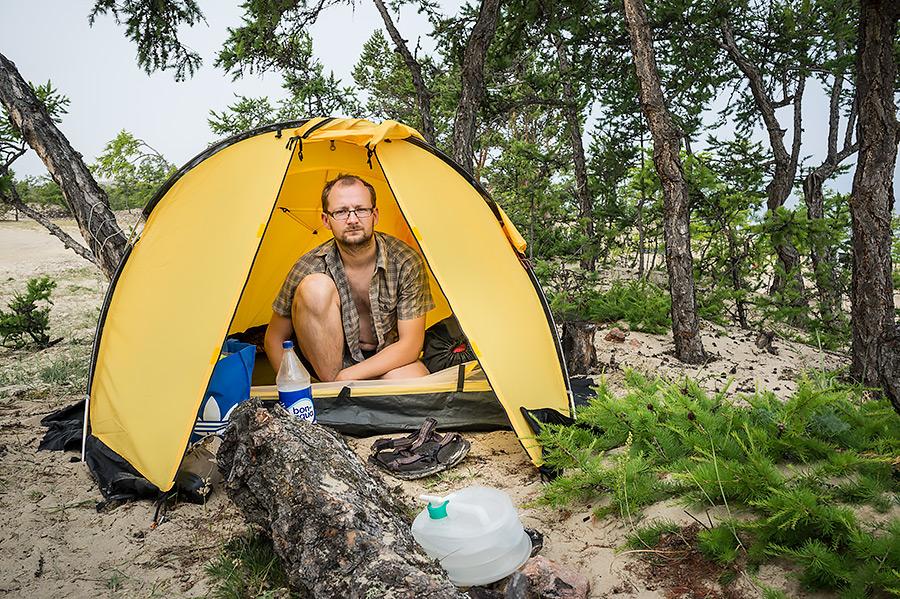 Surowy klimat na wyspie nie sprzyja osadnictwu. Co wybrać do picia? Czy butelkę wody chlorowanej bonaqua z basenu, czy baniaczek z larwami kampodealnymi?