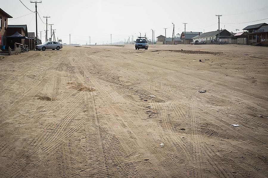 Główna ulica gównego skupiska ludzkiego na wyspie Olchon o nazwie Chużir, którego nazwa pochodzi od znacznego zasolenia terenu.