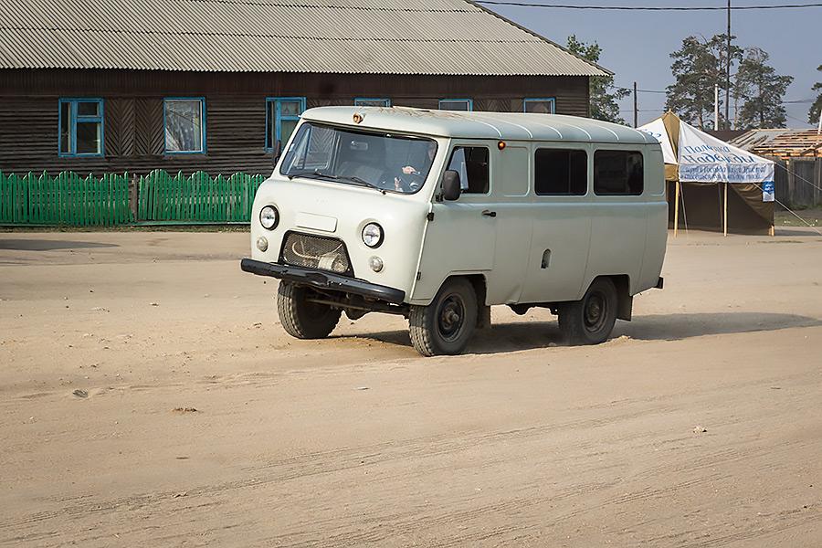 UAZ (Ульяновский Автомобильный Завод) - niezniszczalny i wszędobylski pojazd stepowy.