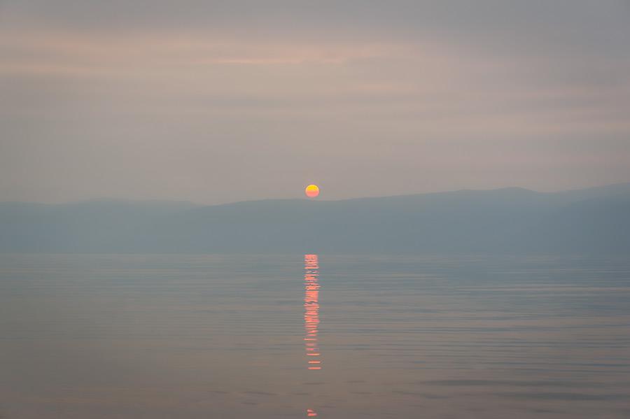 Te niegdyś zamieszkałe przez szamanów pustowia nadal są z lekka spowite mgłą unoszącą się znad jeziora.