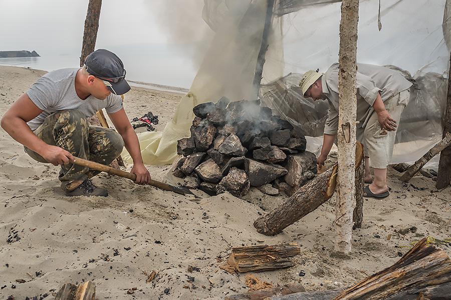 Na pozór prowizorycznie wyglądająca bania zbudowana z surowców dostępnych na wyspie może dobrze służyć przez lata.
