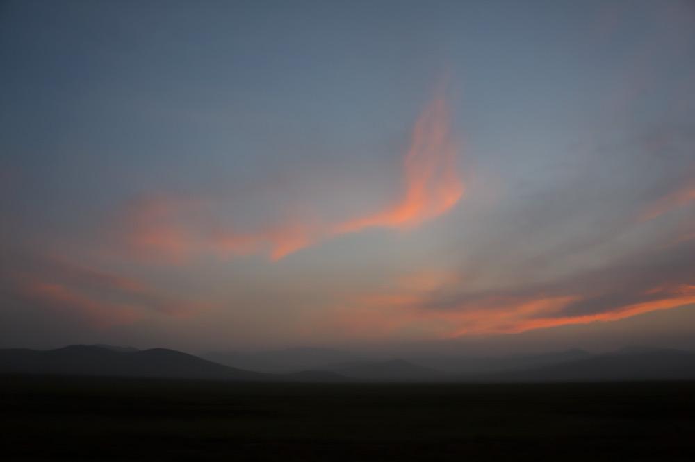 Po zachodzie słońca gdzieś pośrodku dzikich stepów Mongolii.