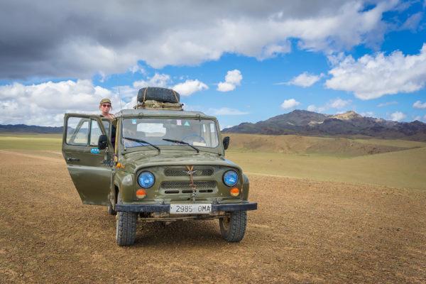Właśnie nie klimatyzowana Toyota Land Cruiser a UAZ potrafi dostarczyć niezapomnianych wrażeń z podróży po bezkresach pustyni Gobi.