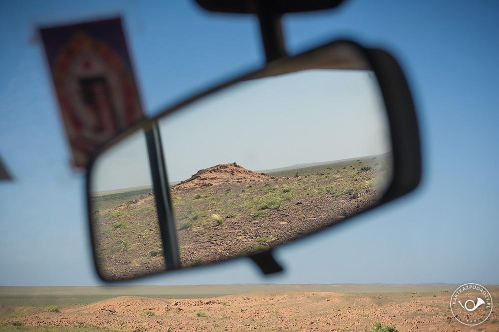 Otaczający zewsząd bezkres pustyni.