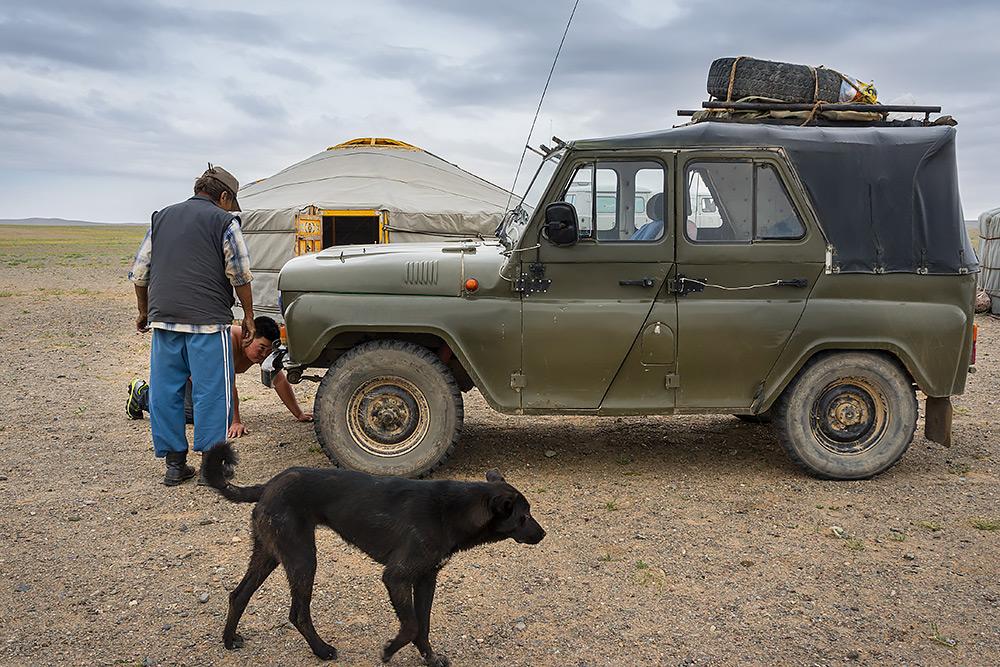Zarówno Mongoł jaki i pies z niedowierzaniem obserwują powstały wręcz z martwych samochód. Czyżby szamańska moc była tu wykorzystana?