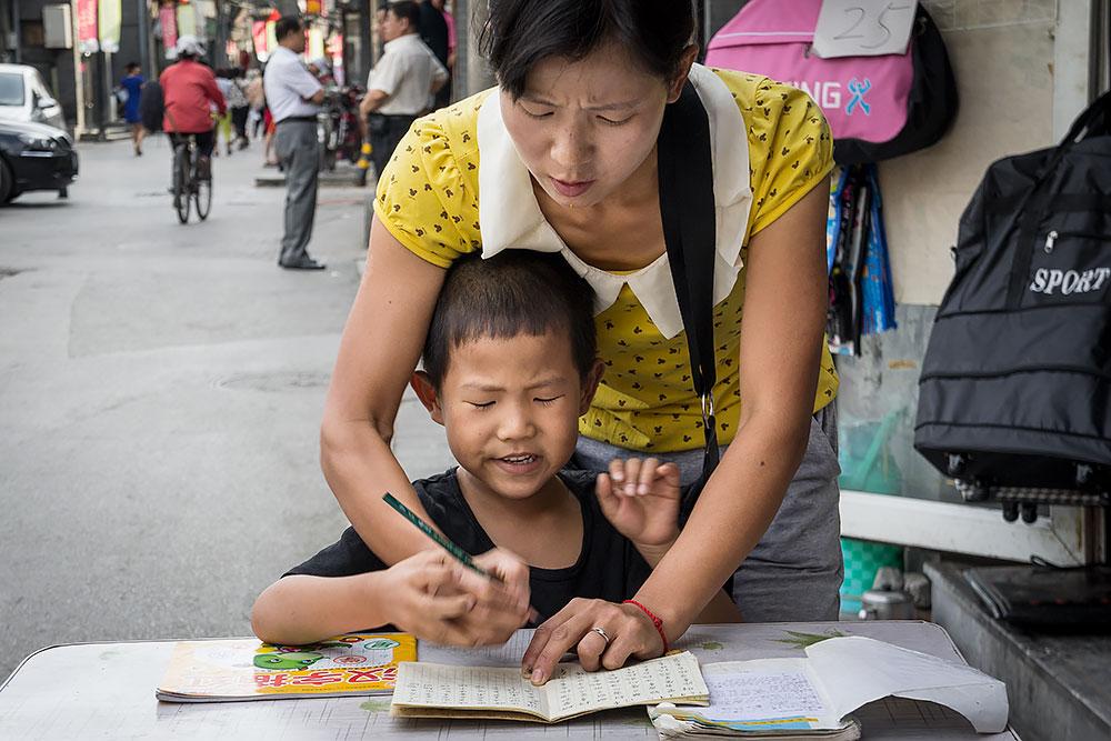 Obok zgiełku całego tego miasta życie spokojnie płynie na ulicy. Matka instruująca syna kaligrafować i jednocześnie prowadząca przydrożny sklepik jest idealnym przykładem unifikacji życia prywatnego i zawodowego. Na takich fundamentach można budować dobrze prosperującą gospodarkę.