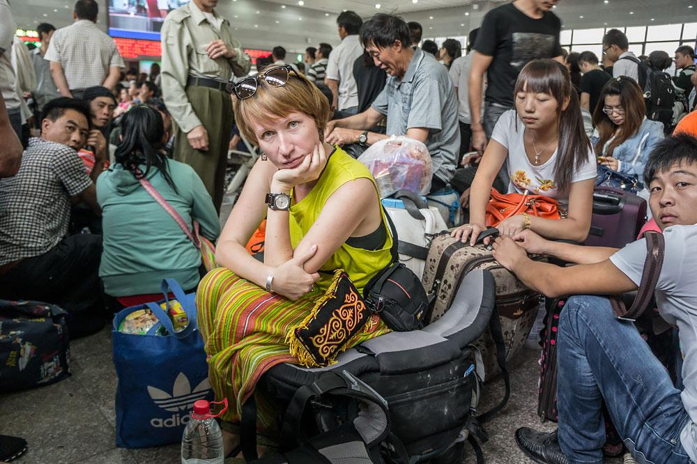 Poczekalnia na dworcu Beijing West - kto ma bagaż, ten ma gdzie usiąść.