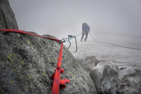 Zjazd po nadtopionym i twardym niczym skała polu śnieżnym. Bez raków przejście jest dość problematyczne.